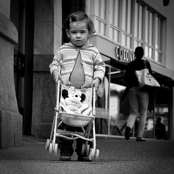 ワーキングプア時代でも稼げるシングルマザーの副業・生き方とは?貧困の原因と対策